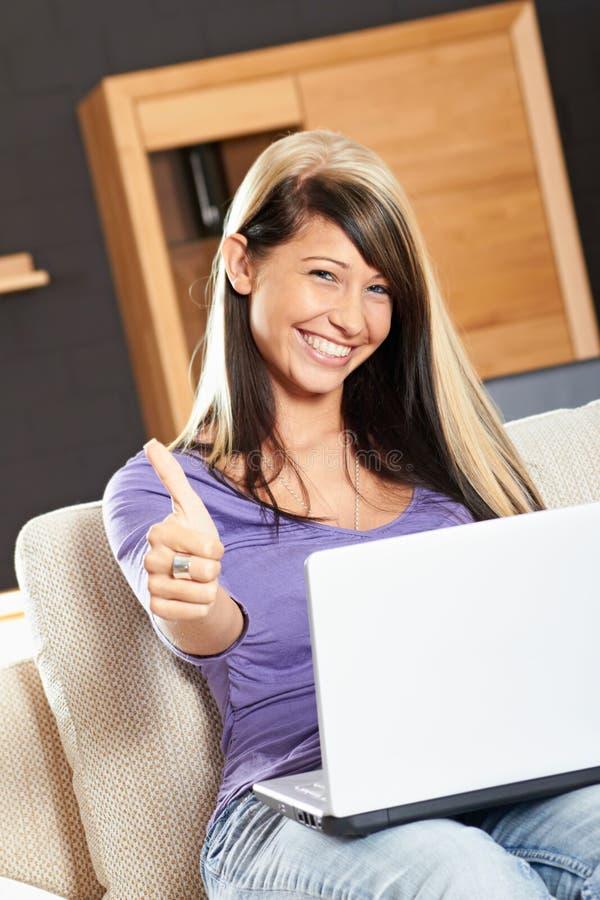Mulher com um portátil imagem de stock royalty free