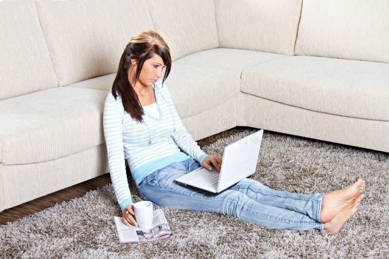 Mulher com um portátil foto de stock royalty free