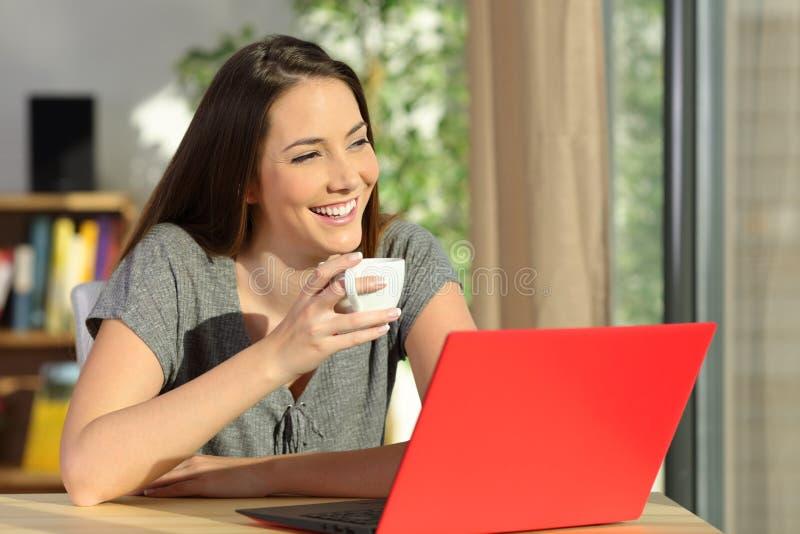 Mulher com um portátil que relaxa e que pensa imagens de stock royalty free