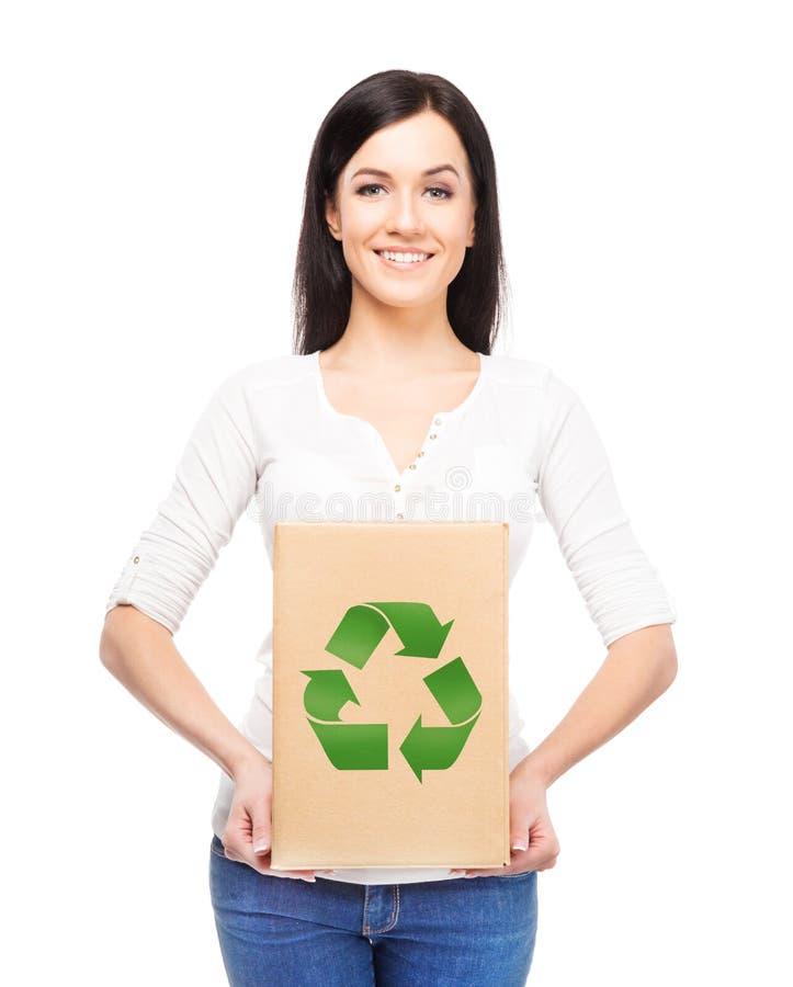 Mulher com um saco de papel com um símbolo da ecologia foto de stock