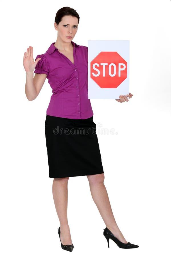 Mulher com um sinal do batente imagens de stock