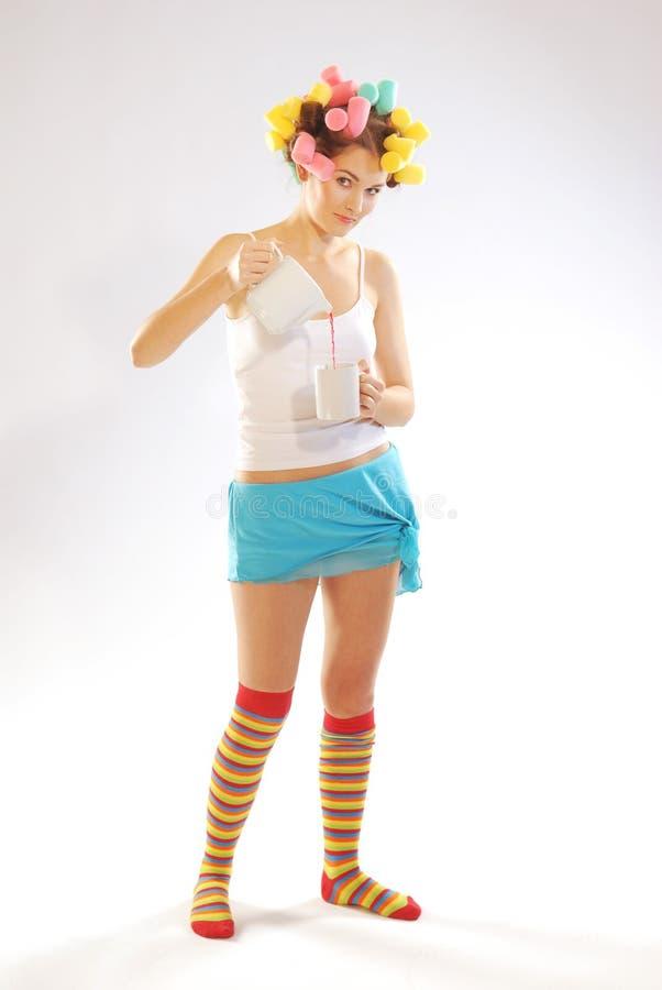 Mulher com um teapot e um copo foto de stock royalty free