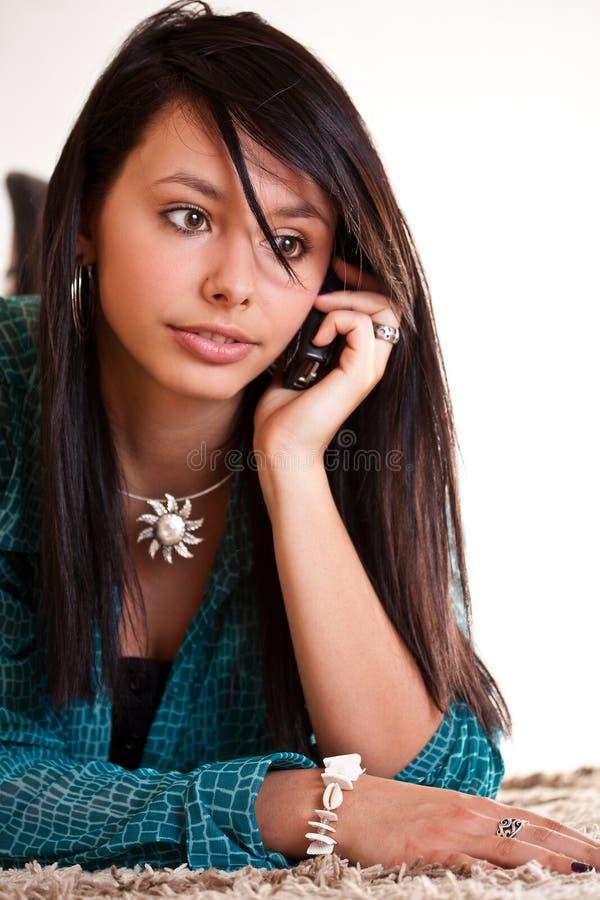 Mulher com um telefone de pilha fotografia de stock royalty free