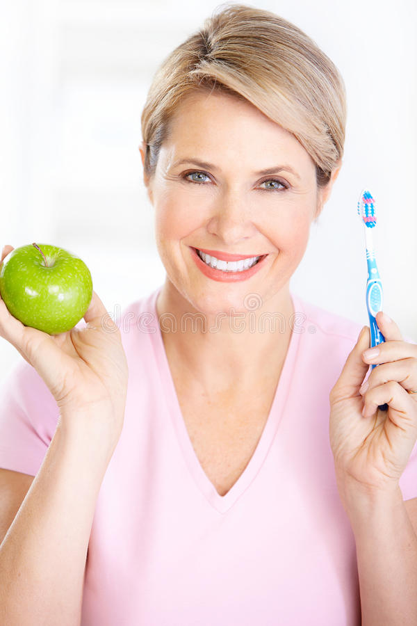 Mulher com um toothbrush imagem de stock