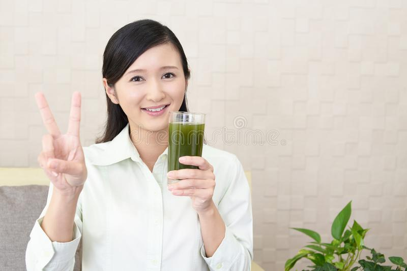 Mulher com um vidro do suco imagem de stock