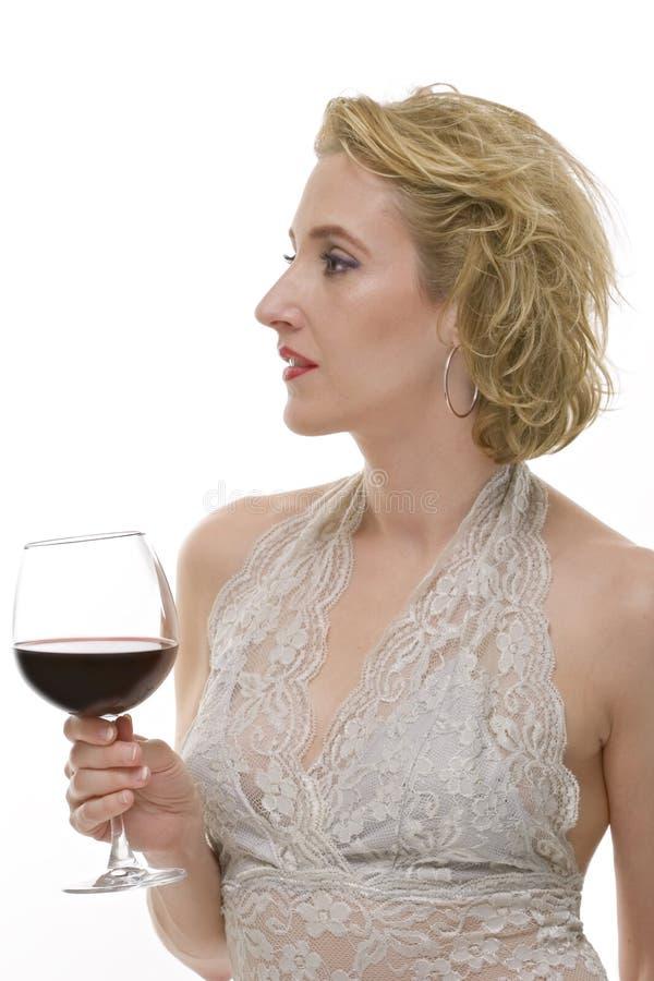 A mulher com um vidro do vinho vermelho isolou-se foto de stock royalty free