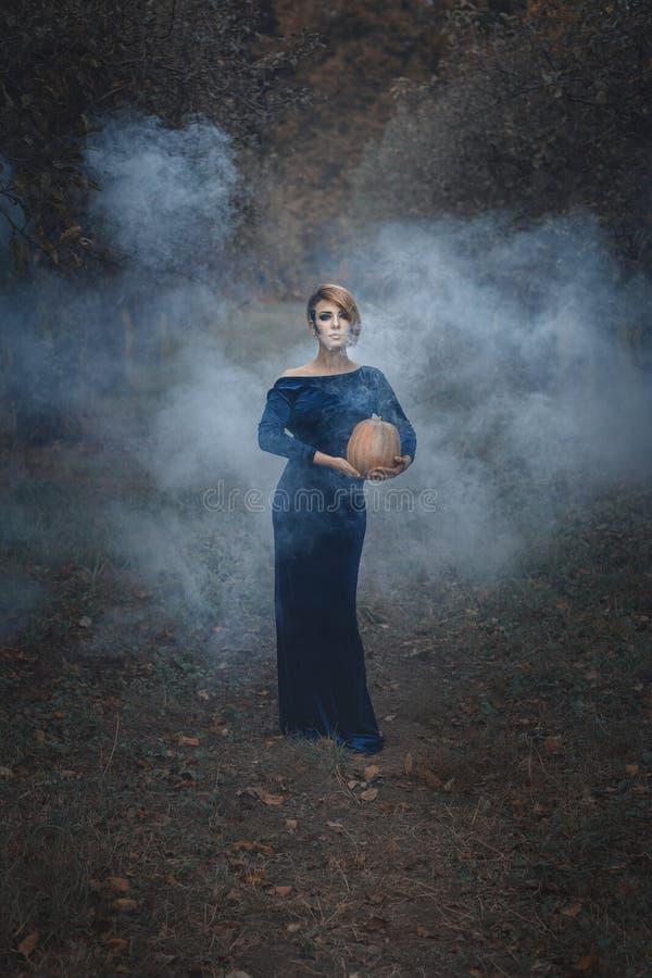 Mulher com uma abóbora no jardim foto de stock royalty free