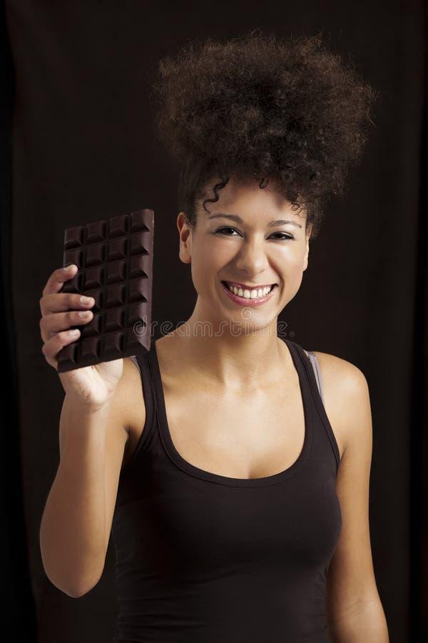 Mulher com uma barra de chocolate foto de stock