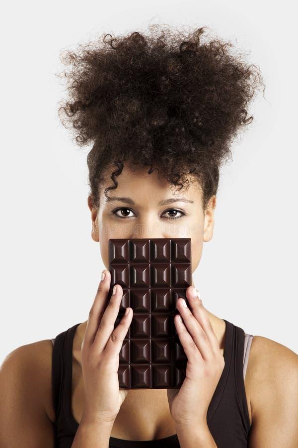 Mulher com uma barra de chocolate imagem de stock