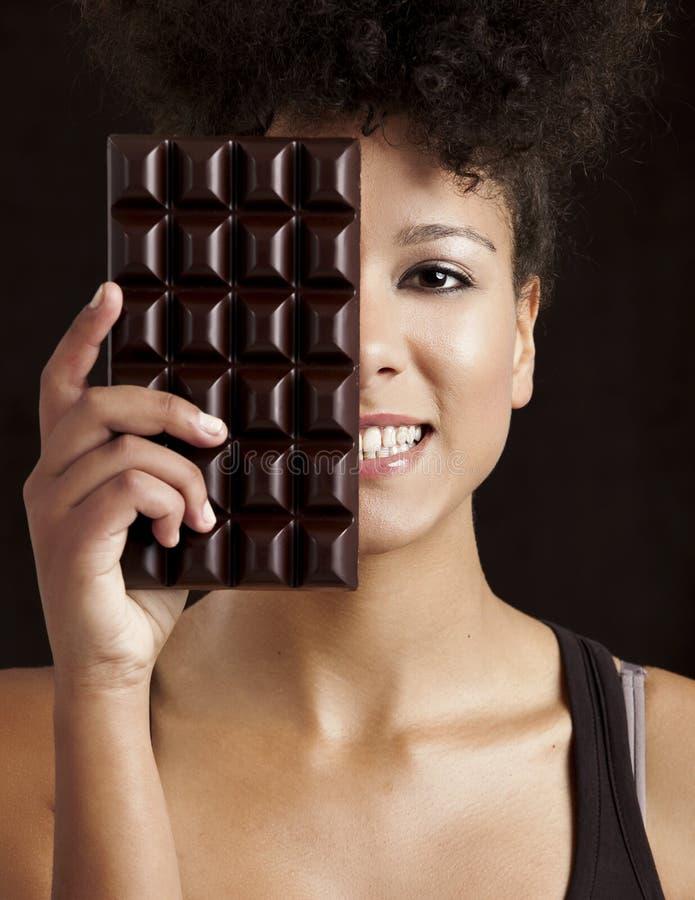 Mulher com uma barra de chocolate imagem de stock royalty free