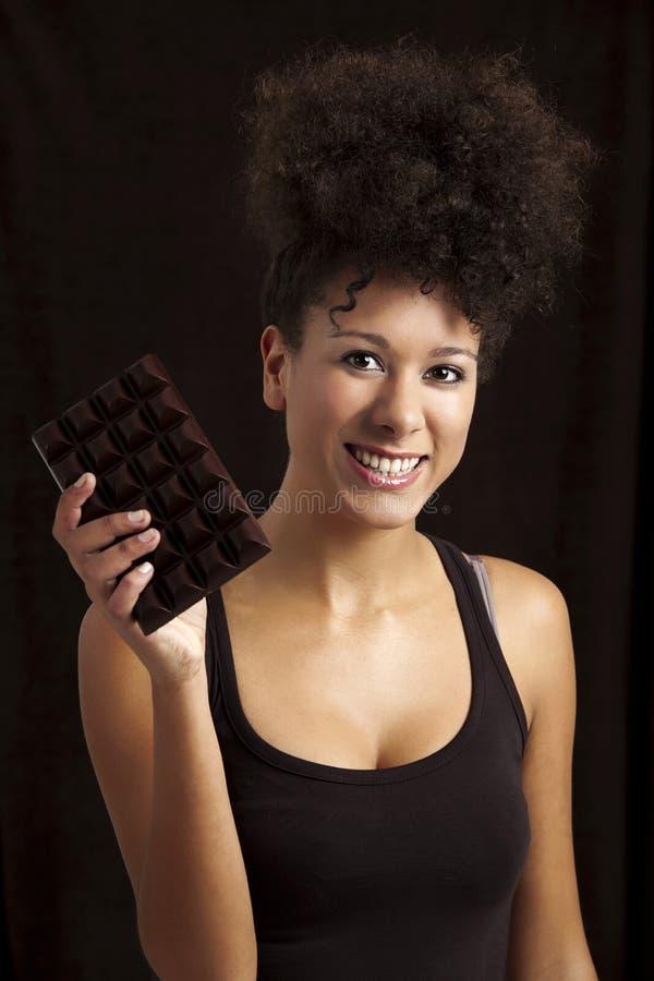 Mulher com uma barra de chocolate fotografia de stock royalty free