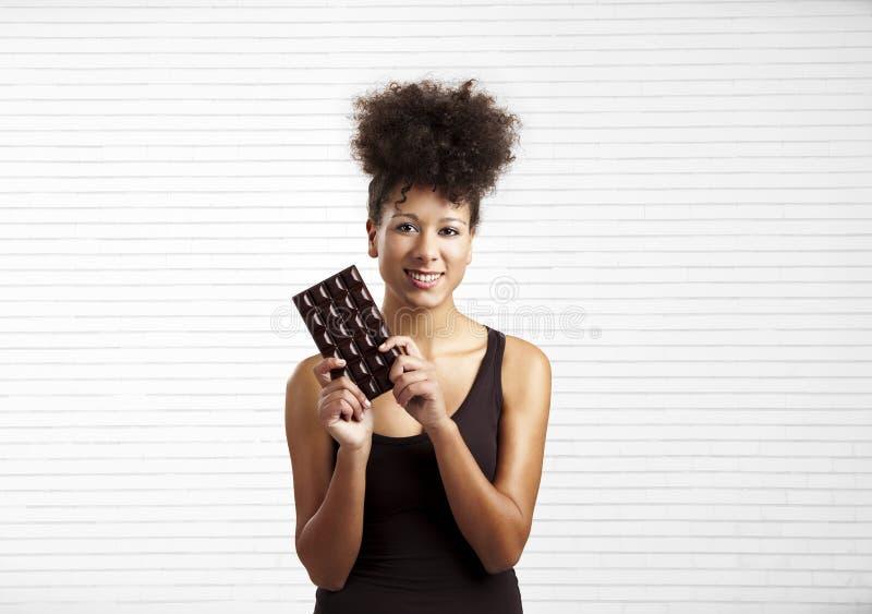 Mulher com uma barra de chocolate fotos de stock royalty free