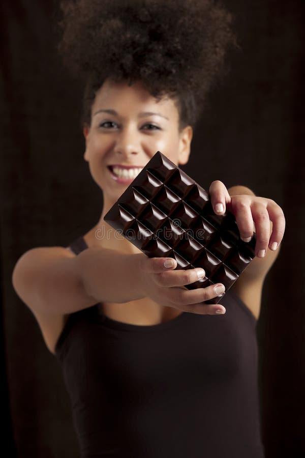 Mulher com uma barra de chocolate imagens de stock royalty free
