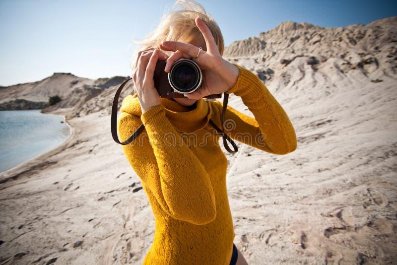 Mulher com uma câmera velha foto de stock