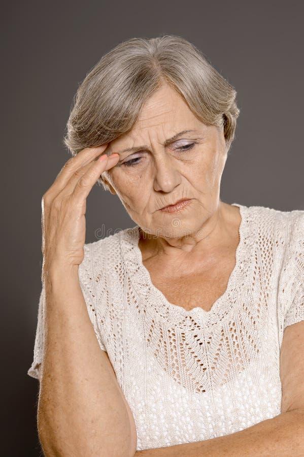 Mulher com uma dor de cabeça imagem de stock