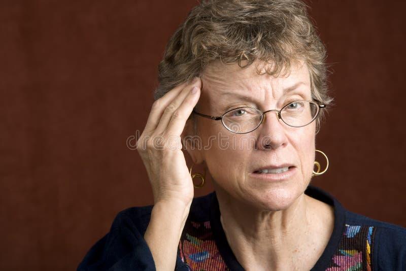 Mulher com uma dor de cabeça fotos de stock royalty free