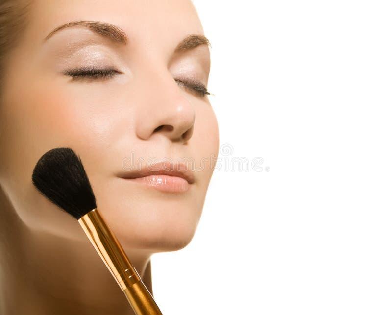 Mulher com uma escova da composição imagem de stock
