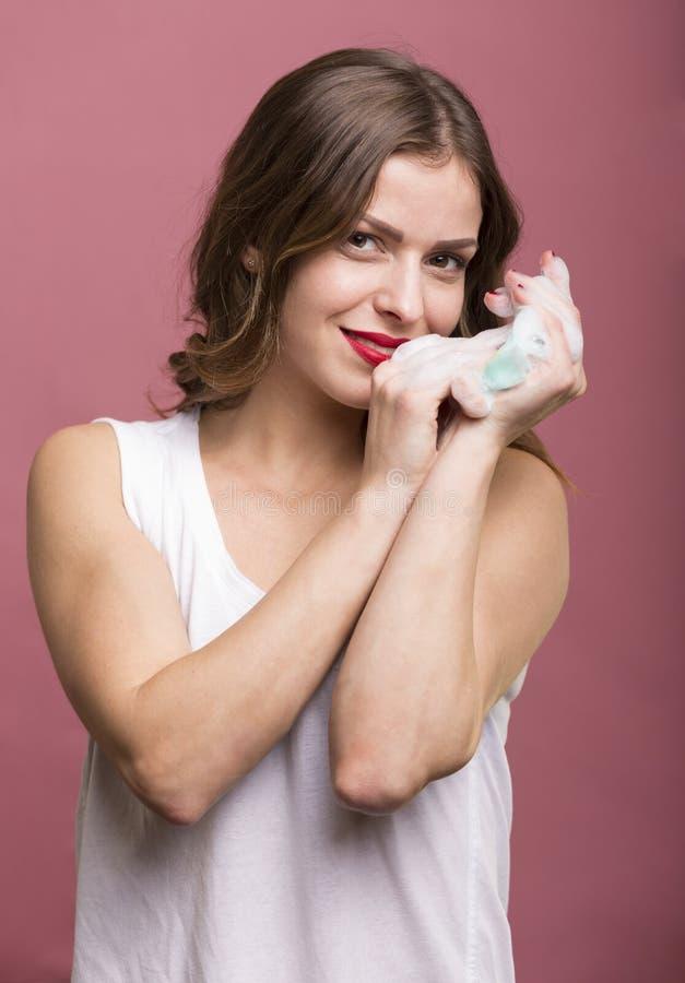 Mulher com uma esponja do chuveiro imagens de stock royalty free