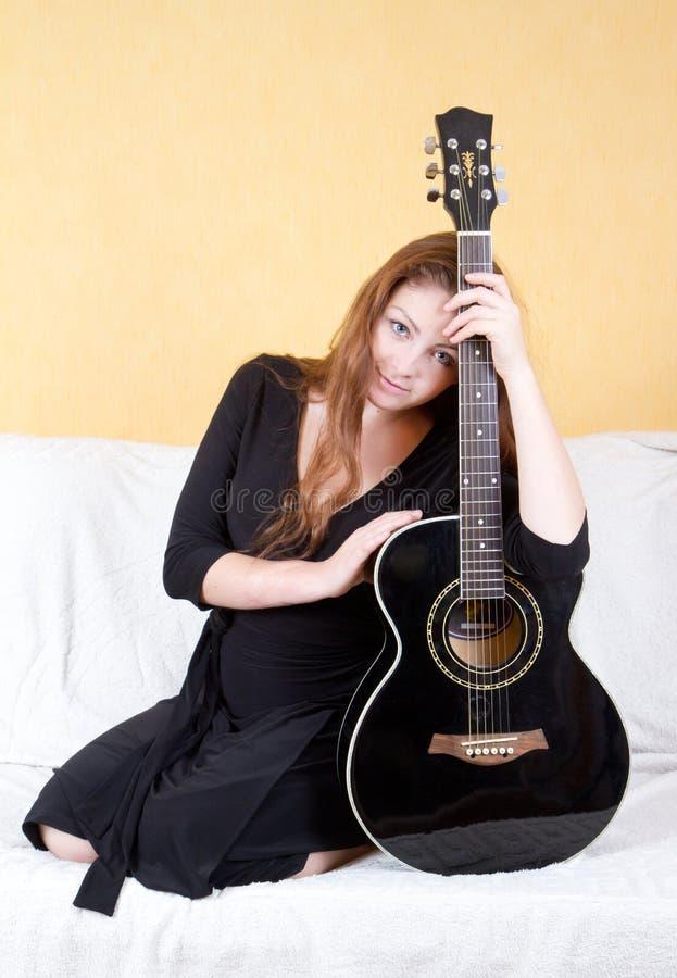 Mulher com uma guitarra foto de stock royalty free