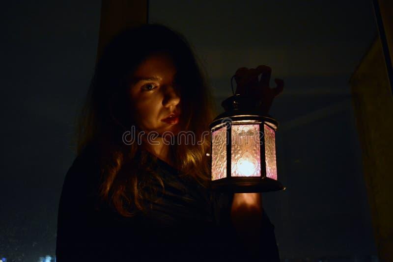 Mulher com uma lâmpada fotografia de stock royalty free