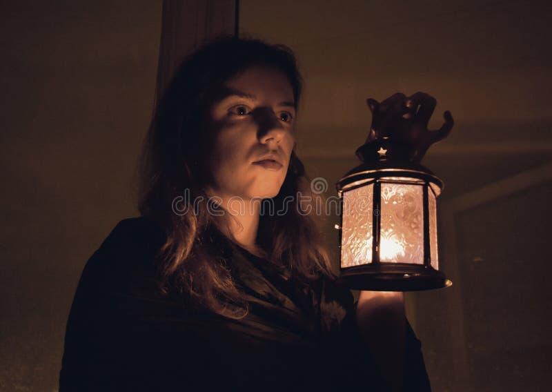 Mulher com uma lâmpada imagem de stock