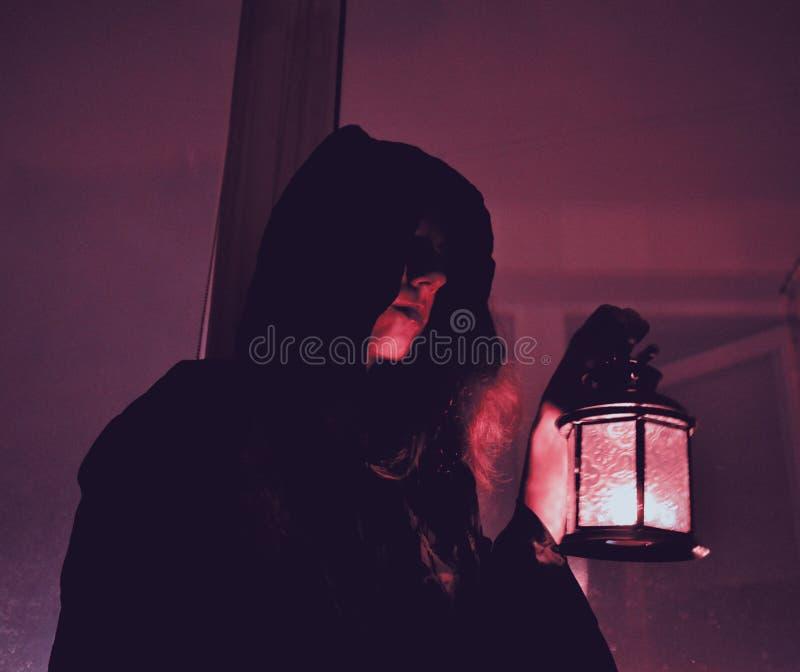 Mulher com uma lâmpada fotografia de stock