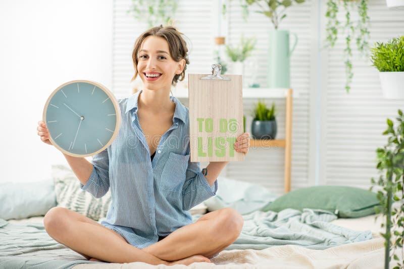 Mulher com uma lista a fazer em casa imagem de stock