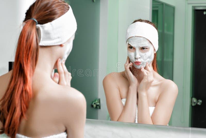 Mulher com uma máscara em sua cara foto de stock