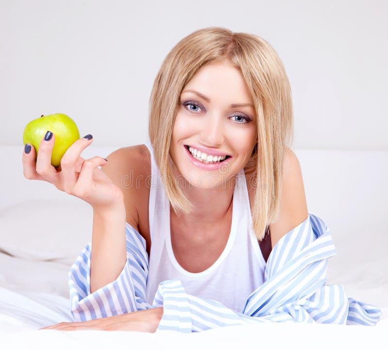 Mulher com uma maçã imagem de stock royalty free