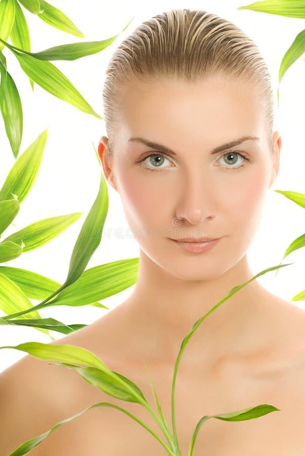 Mulher com uma planta de bambu fotos de stock royalty free