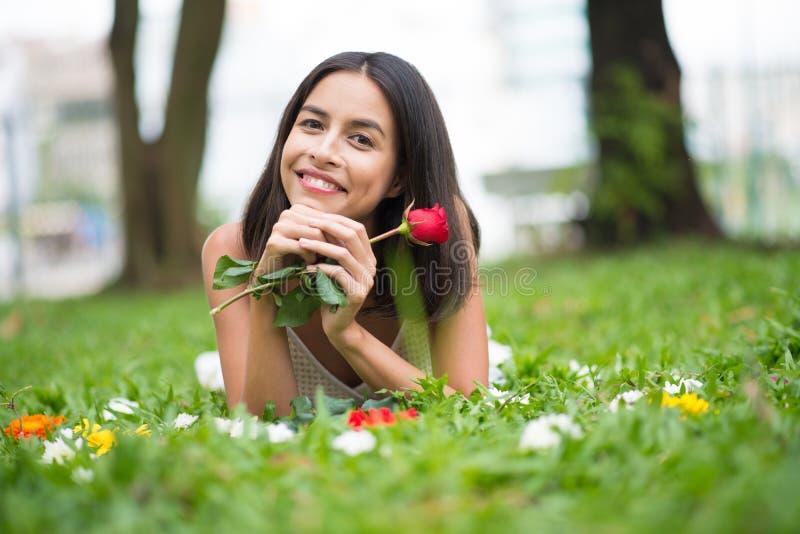 Mulher com uma rosa imagem de stock royalty free