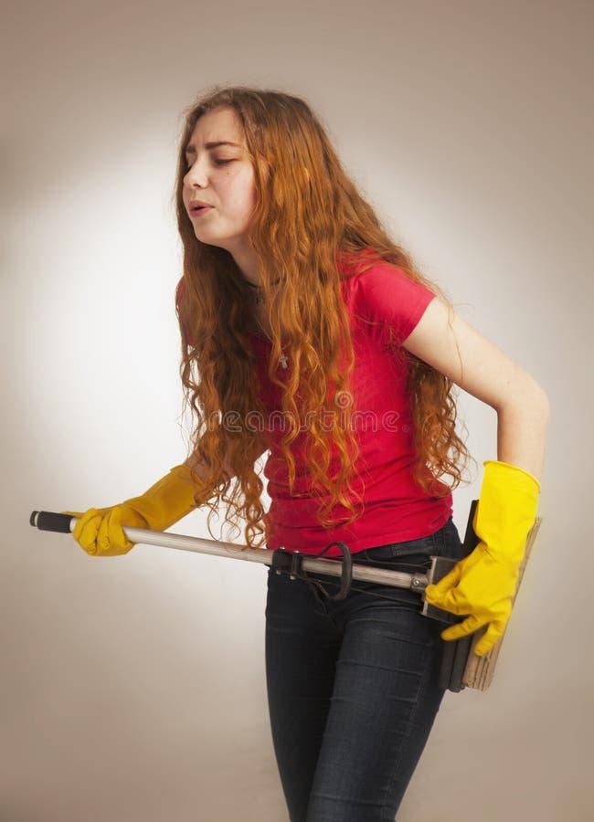 A mulher com uma vassoura denominou guitarristas da rocha (a foto cômico) foto de stock royalty free