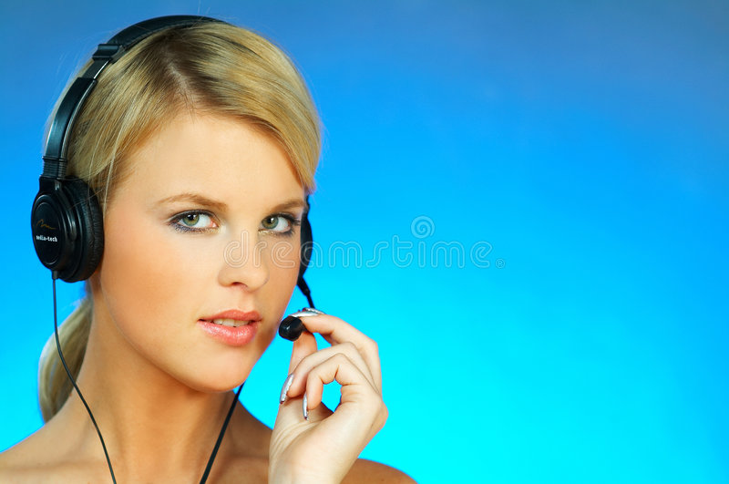 Mulher com uns auriculares imagem de stock