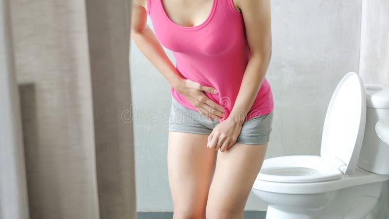 Mulher com urgência da urina imagens de stock royalty free