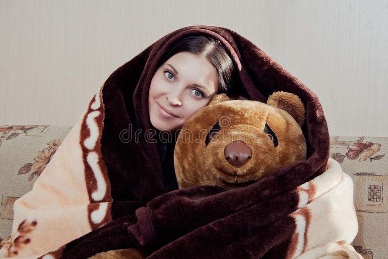 Mulher com urso de peluche foto de stock royalty free