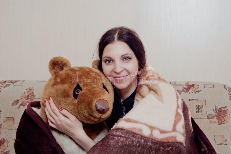 Mulher com urso de peluche fotos de stock