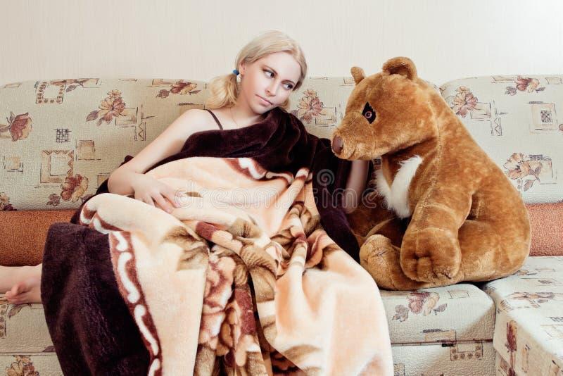 Mulher com urso de peluche imagem de stock