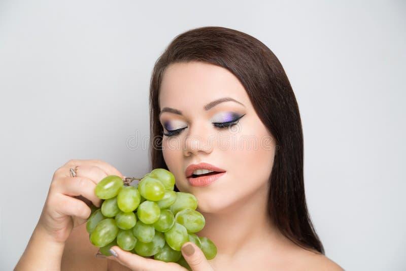 Mulher com uvas verdes foto de stock