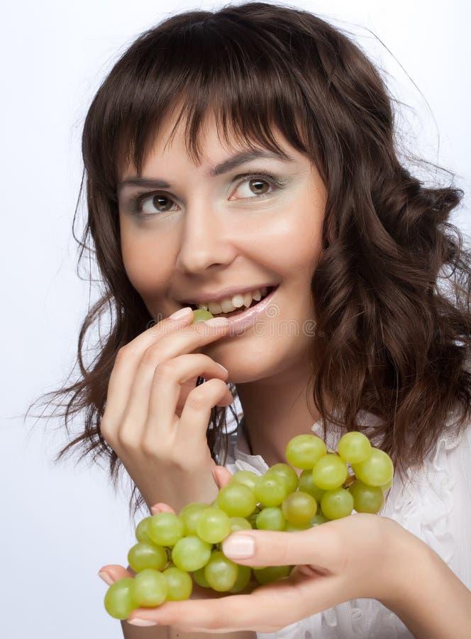 Mulher com uvas verdes fotografia de stock
