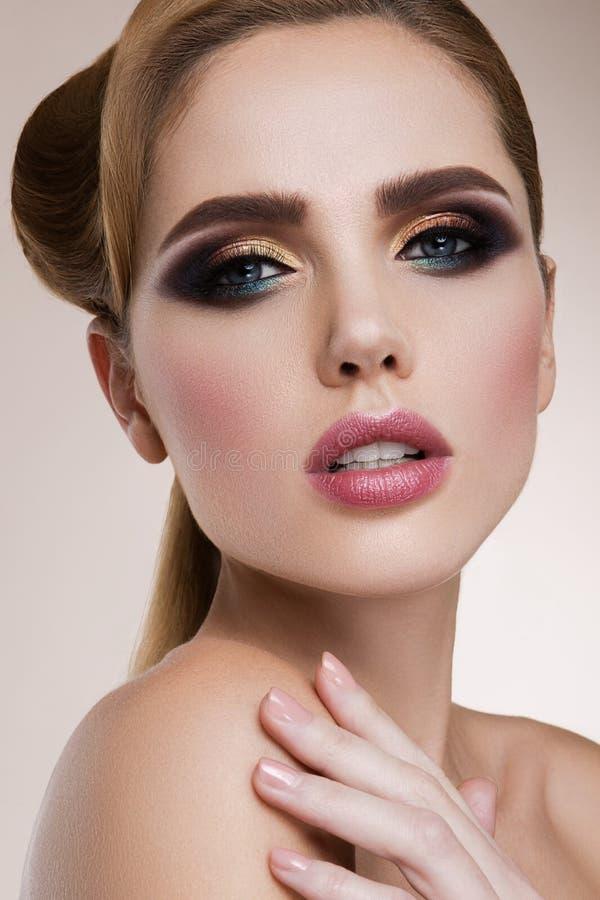 a mulher com vara Retrato do encanto do modelo bonito da mulher com composição fresca e penteado ondulado romântico imagens de stock