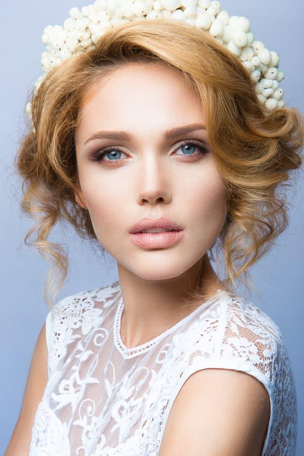 a mulher com vara Retrato do encanto do modelo bonito da mulher com composição fresca e penteado ondulado romântico foto de stock