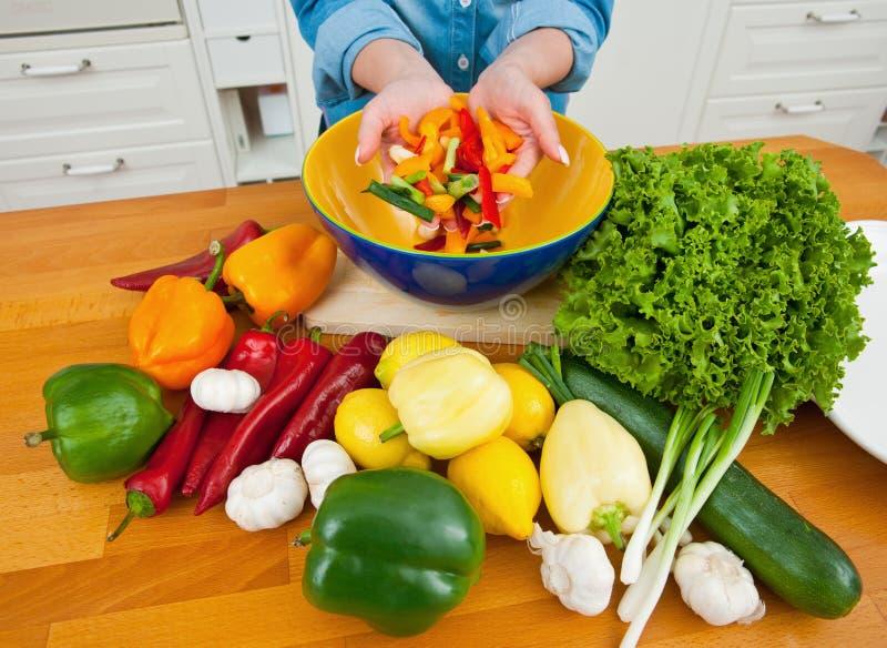Mulher com vegetais imagem de stock