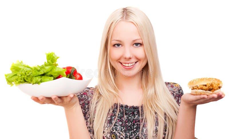 Mulher com vegetais e Hamburger fotografia de stock royalty free