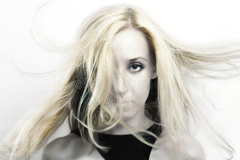 Mulher com vibração do cabelo louro no vento fotografia de stock