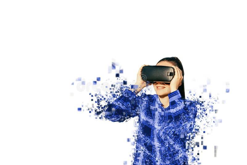 A mulher com vidros da realidade virtual Fragmentado por pixéis fotografia de stock royalty free