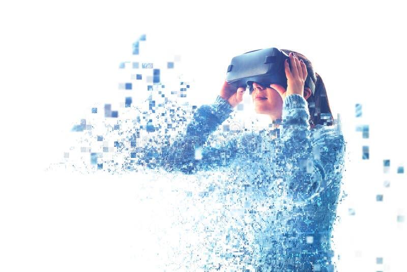 A mulher com vidros de VR imagens de stock