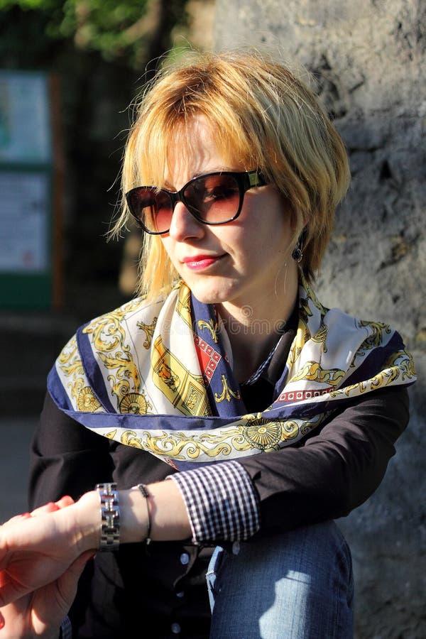 Mulher com vidros e lenço imagem de stock royalty free
