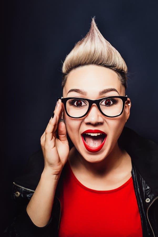 A mulher com vidros expressa a felicidade da surpresa foto de stock royalty free