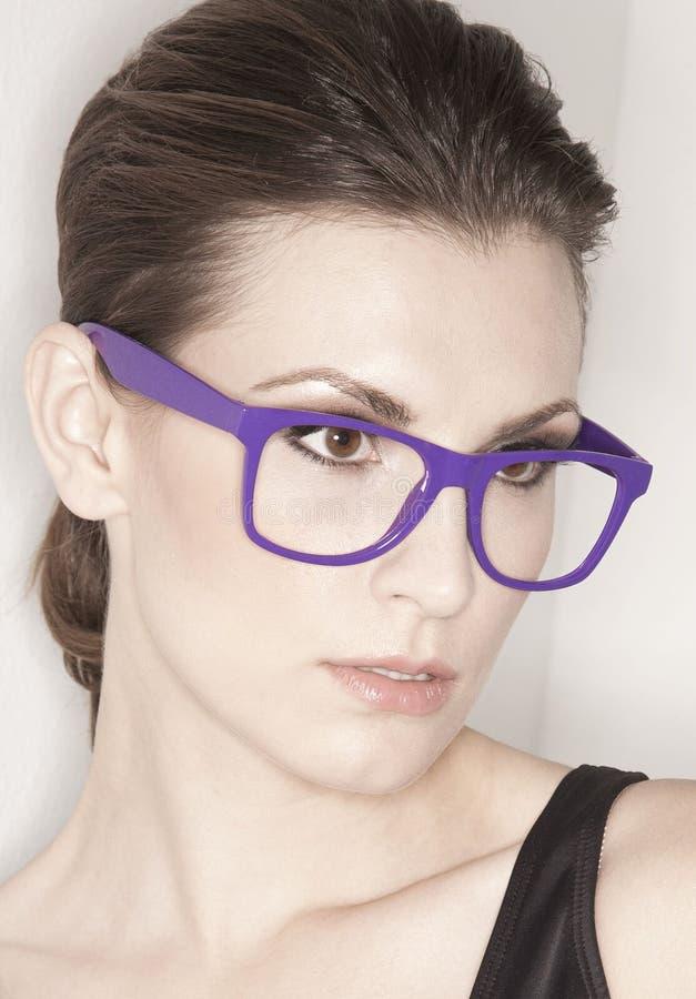 Mulher com vidros na moda imagem de stock royalty free