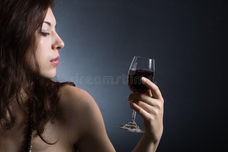 Mulher com vinho vermelho de vidro foto de stock royalty free